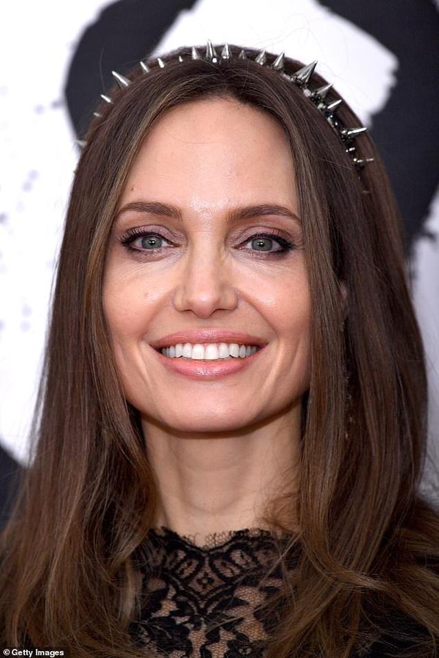 Angelina Jolie tươi tắn bên đồng nghiệp trẻ - 1