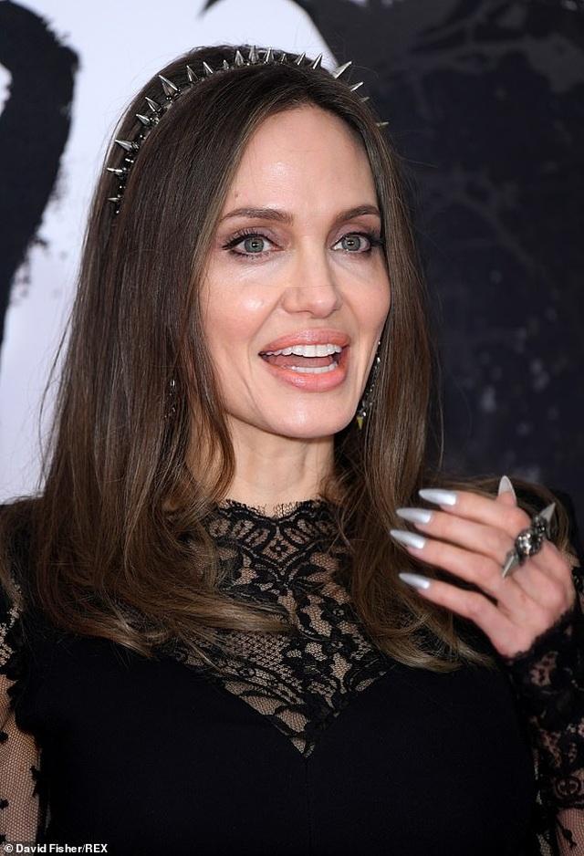 Angelina Jolie tươi tắn bên đồng nghiệp trẻ - 5