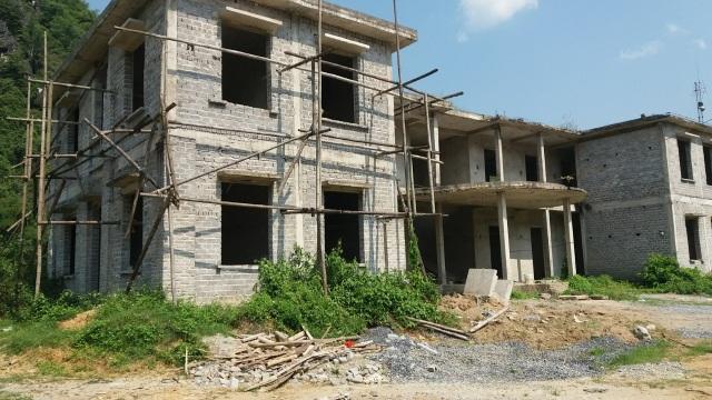Công sở tiền tỷ xây dở dang, cán bộ chen nhau làm việc trong nhà xuống cấp - 3