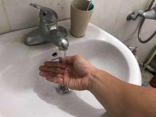 Hàng vạn hộ dân Hà Nội hoang mang vì nước sạch sông Đà bốc mùi lạ - 2