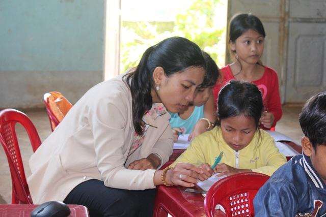 Cô giáo Banar mở lớp dạy chữ miễn phí cho học sinh vùng khó - 3