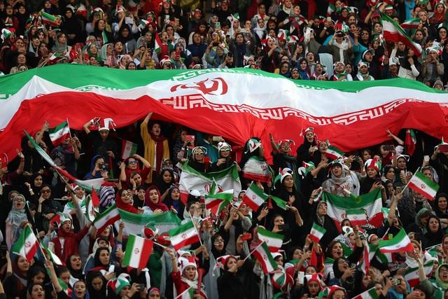 Những bóng hồng Iran khoe sắc trên khán đài trong ngày lịch sử - 2