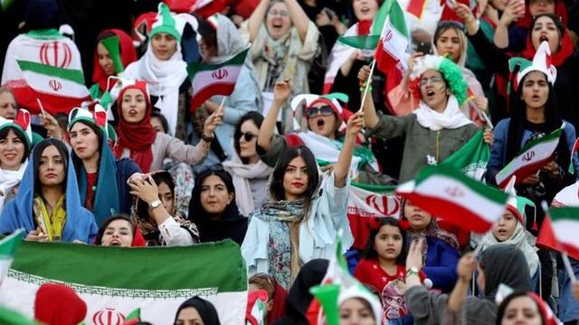 Những bóng hồng Iran khoe sắc trên khán đài trong ngày lịch sử - 3