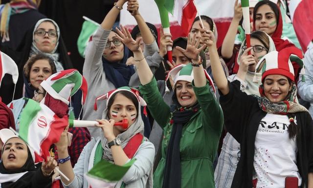 Những bóng hồng Iran khoe sắc trên khán đài trong ngày lịch sử - 4