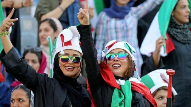 Những bóng hồng Iran khoe sắc trên khán đài trong ngày lịch sử - 5