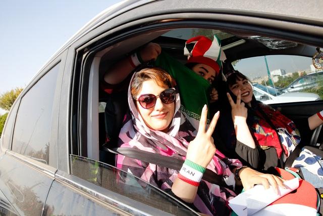 Những bóng hồng Iran khoe sắc trên khán đài trong ngày lịch sử - 11