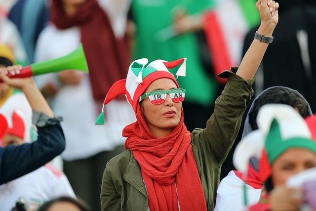 Những bóng hồng Iran khoe sắc trên khán đài trong ngày lịch sử - 9