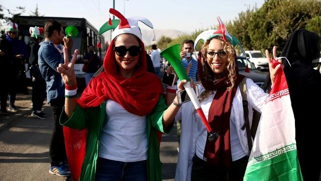 Những bóng hồng Iran khoe sắc trên khán đài trong ngày lịch sử - 7