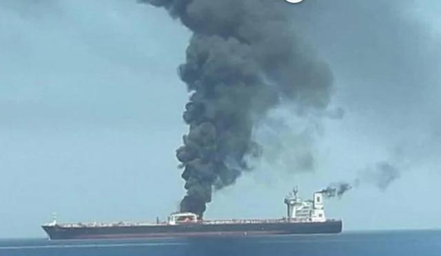 Tàu chở dầu Iran trúng hai tên lửa, bốc cháy trên biển - 1