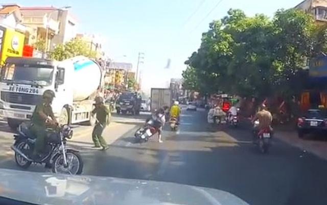Công an lên tiếng vụ đôi nam nữ lao thẳng xe vào công an, bị ngã văng xuống đường - 1