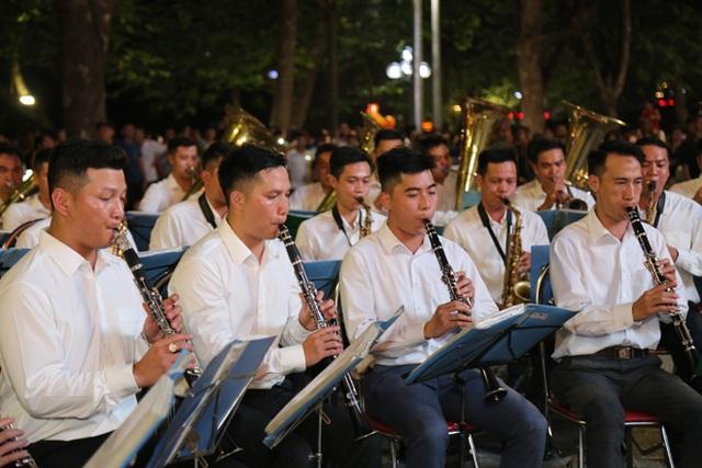 Chuyện những chiến sỹ Công an ôm kèn tấu nhạc phục vụ người dân ở Hồ Hoàn Kiếm - 5