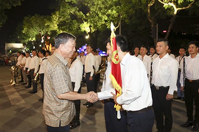Chuyện những chiến sỹ Công an ôm kèn tấu nhạc phục vụ người dân ở Hồ Hoàn Kiếm - 4