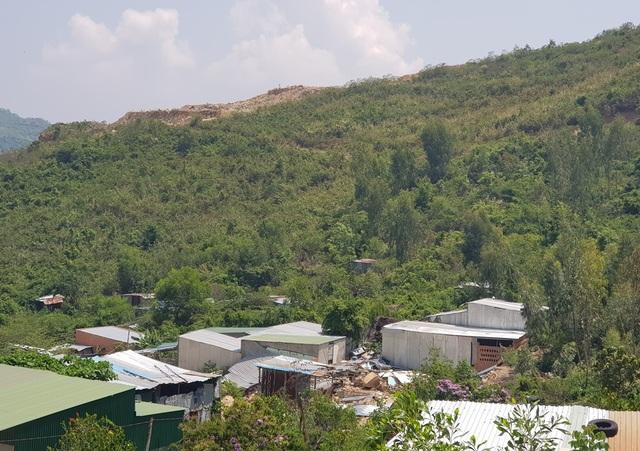 Một năm sau vụ lở núi, người dân quay lại nơi xảy ra thảm hoạ sinh sống - 1