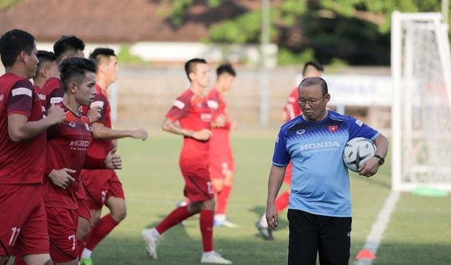 Đội tuyển Việt Nam bị tắc đường, đi bộ tới sân tập ở Bali - 1