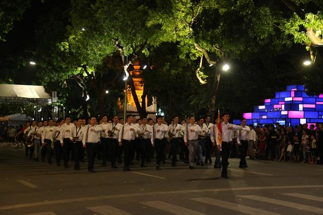 Chuyện những chiến sỹ Công an ôm kèn tấu nhạc phục vụ người dân ở Hồ Hoàn Kiếm - 7
