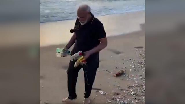 Video Thủ tướng Ấn Độ nhặt rác trên bãi biển gây bão mạng - 1