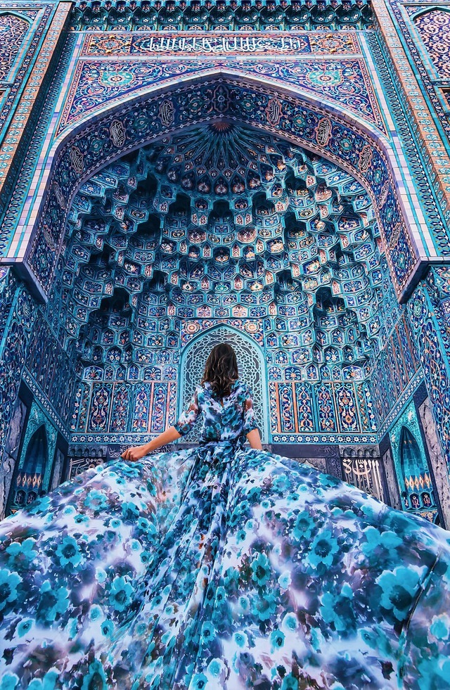 Khi các thắng cảnh du lịch làm nền cho mỹ nhân trong những chiếc đầm tuyệt đẹp - 4