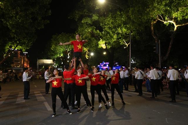 Chuyện những chiến sỹ Công an ôm kèn tấu nhạc phục vụ người dân ở Hồ Hoàn Kiếm - 6