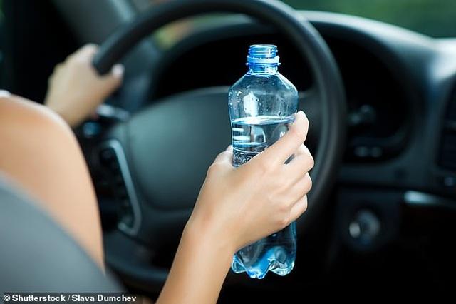 Kết quả hình ảnh cho vừa lái xe vừa uống nước