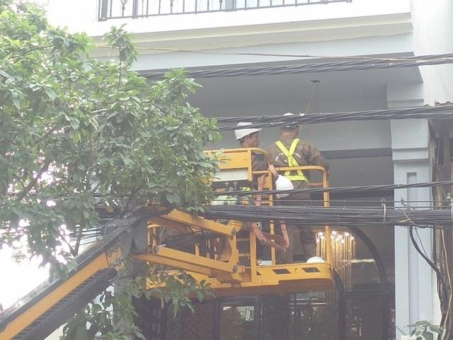 Thực hư thông tin công nhân cây xanh dùng xe chuyên dụng thay bóng đèn cho khách sạn - 2