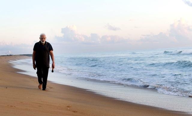 Video Thủ tướng Ấn Độ nhặt rác trên bãi biển gây bão mạng - 2
