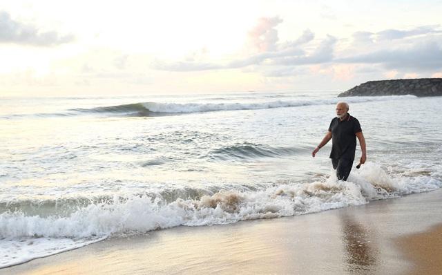 Video Thủ tướng Ấn Độ nhặt rác trên bãi biển gây bão mạng - 3