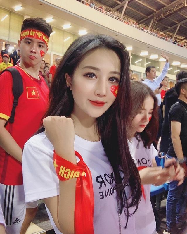 Camera không quay, cô gái này vẫn nổi như cồn sau trận Việt Nam - Malaysia - 1
