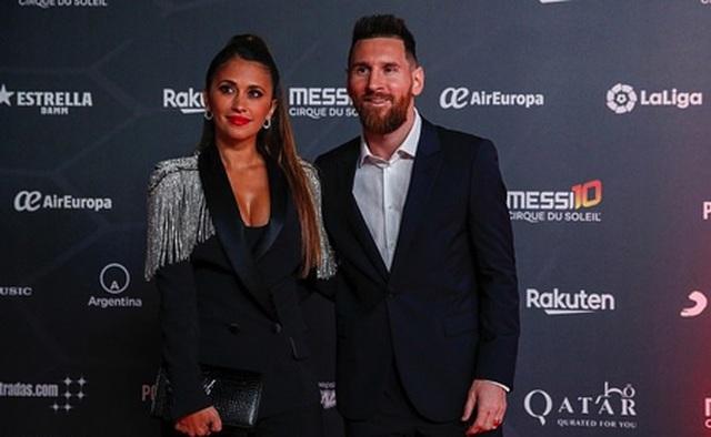 """Messi """"tay trong tay"""" cùng bà xã ra mắt show diễn cuộc đời"""