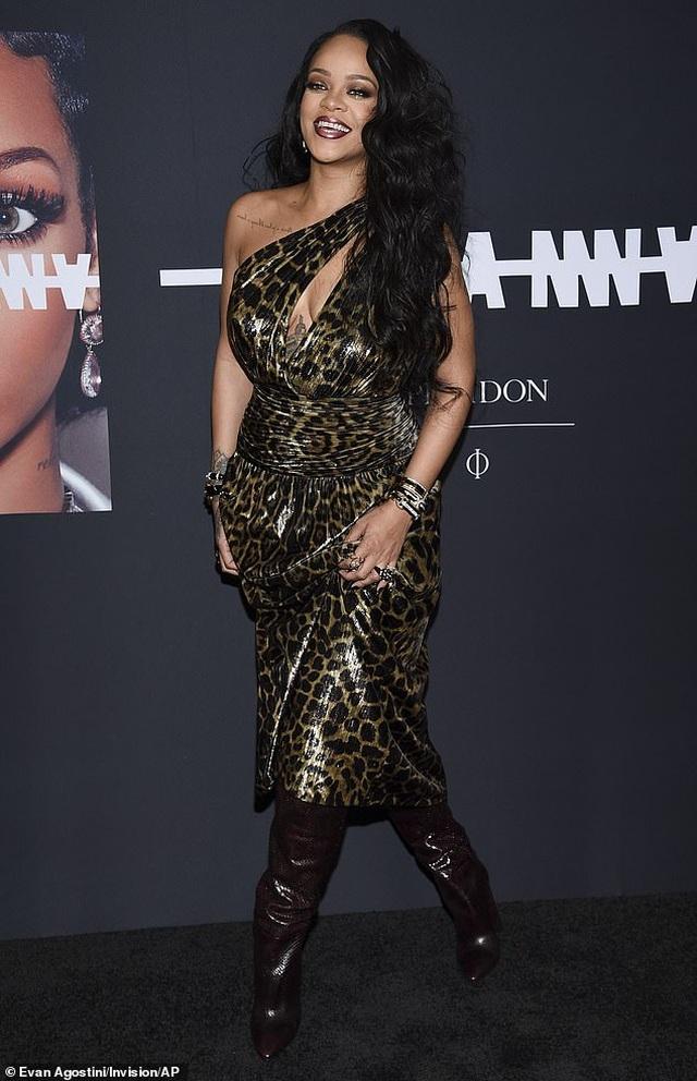 Rihanna xinh đẹp với váy da báo xẻ sâu - 1