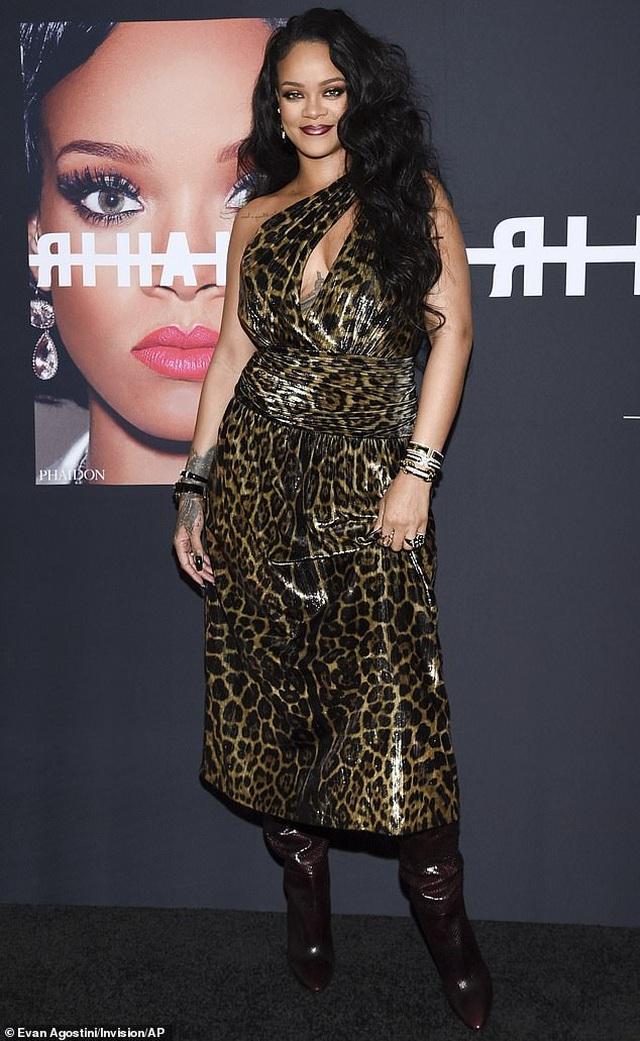 Rihanna xinh đẹp với váy da báo xẻ sâu - 4