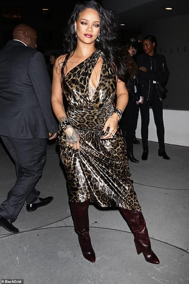 Rihanna xinh đẹp với váy da báo xẻ sâu - 3