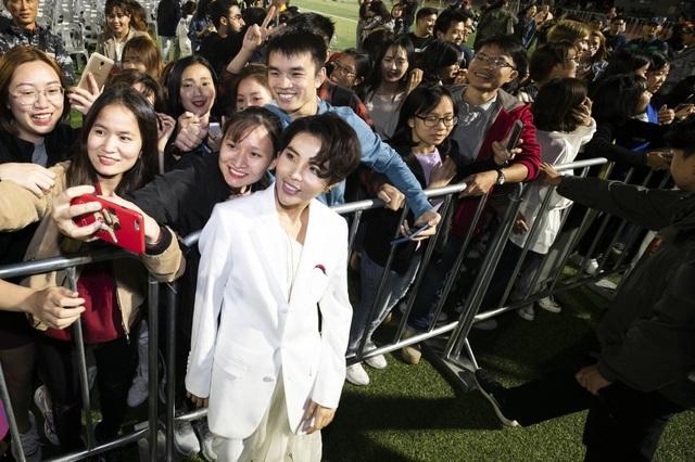 Khán giả quốc tế khóc, suýt xô đổ hàng rào khi xem Vũ Cát Tường trình diễn - 13