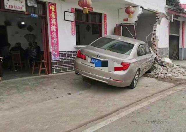 Xe BMW đâm đổ tường nhà, các cụ già vẫn thản nhiên chơi mạt chược - 1