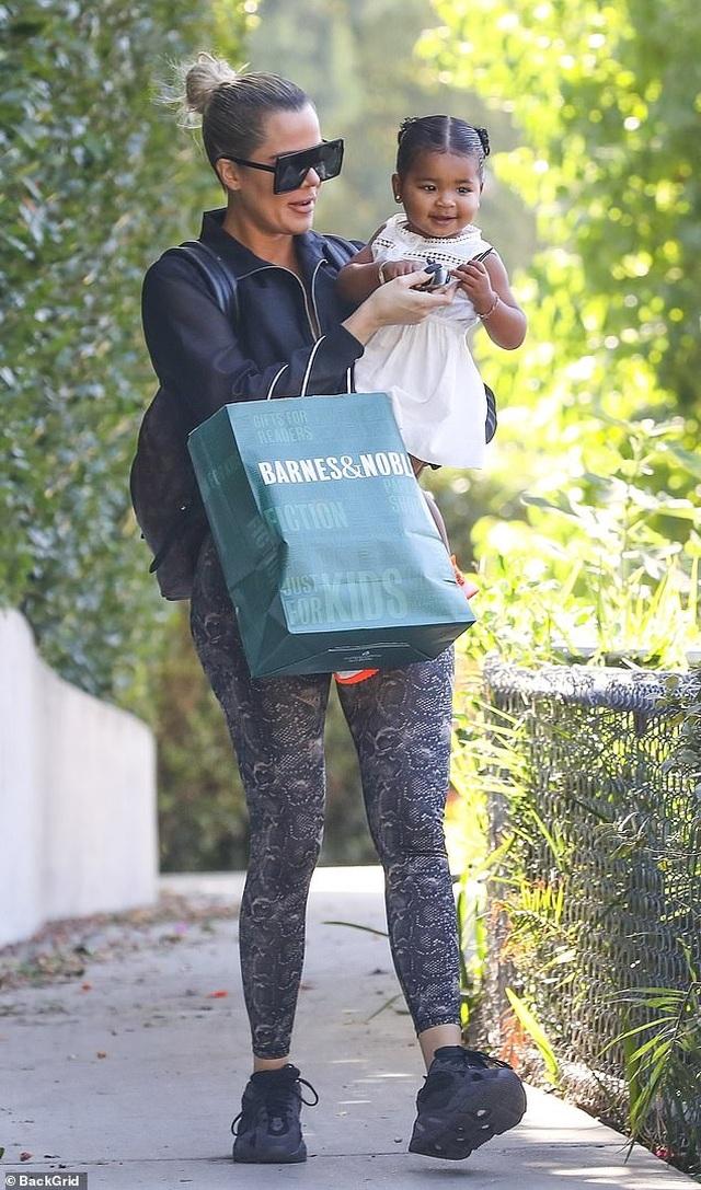 Khloe Kardashian đưa con gái cưng ra phố - 1