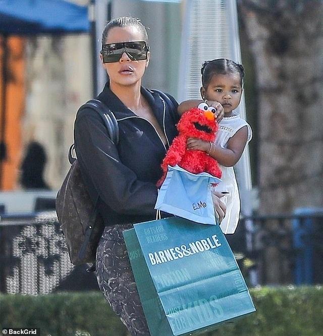 Khloe Kardashian đưa con gái cưng ra phố - 3