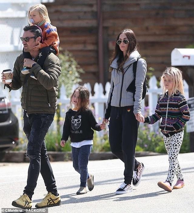 Megan Fox xinh đẹp đưa con đi chơi công viên - 7