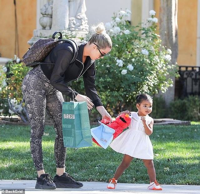 Khloe Kardashian đưa con gái cưng ra phố - 2