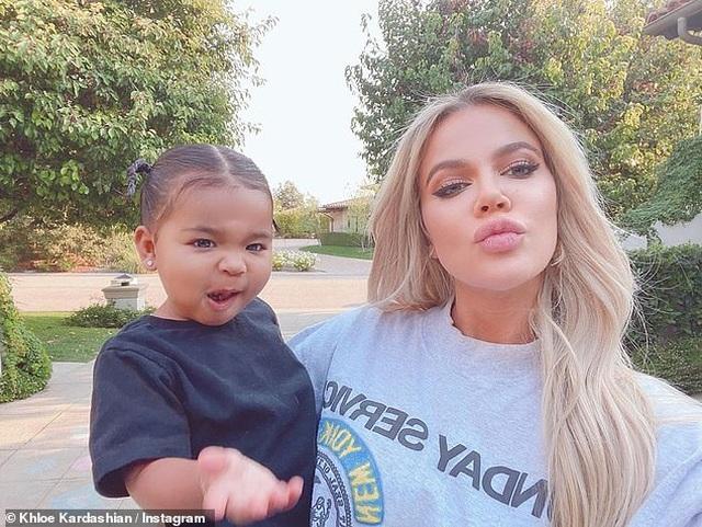 Khloe Kardashian đưa con gái cưng ra phố - 6