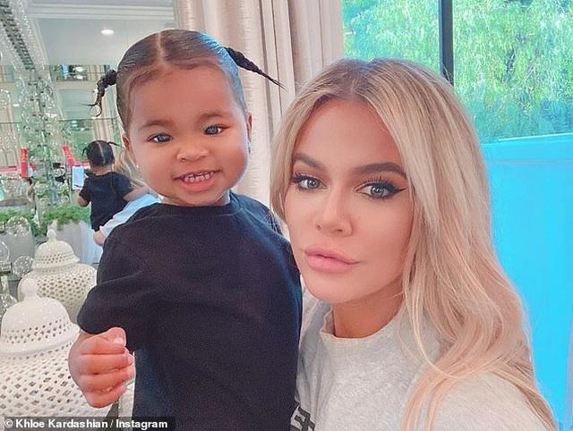 Khloe Kardashian đưa con gái cưng ra phố - 4