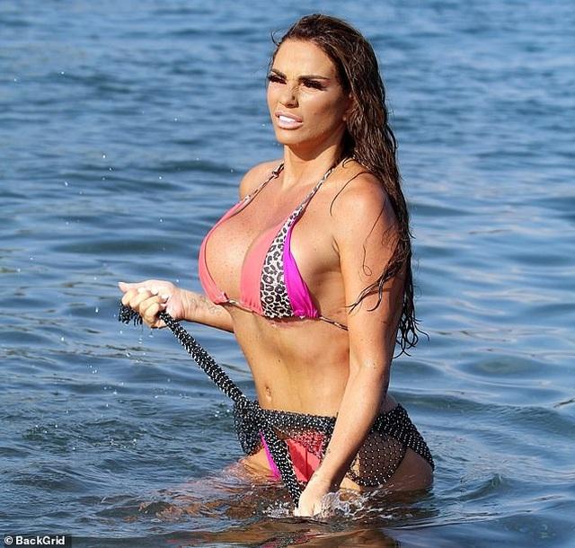 Người đẹp dao kéo Katie Price khoe dáng trên biển - 8