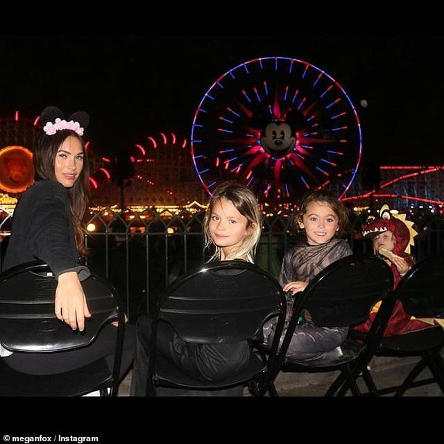 Megan Fox xinh đẹp đưa con đi chơi công viên - 1