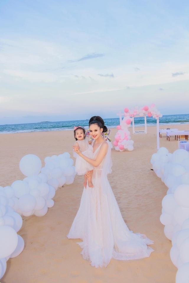 Sinh nhật sang chảnh bên bờ biển của người đẹp Hoa hậu Hoàn vũ - 16
