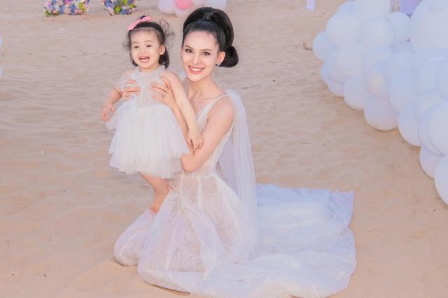 Sinh nhật sang chảnh bên bờ biển của người đẹp Hoa hậu Hoàn vũ - 15