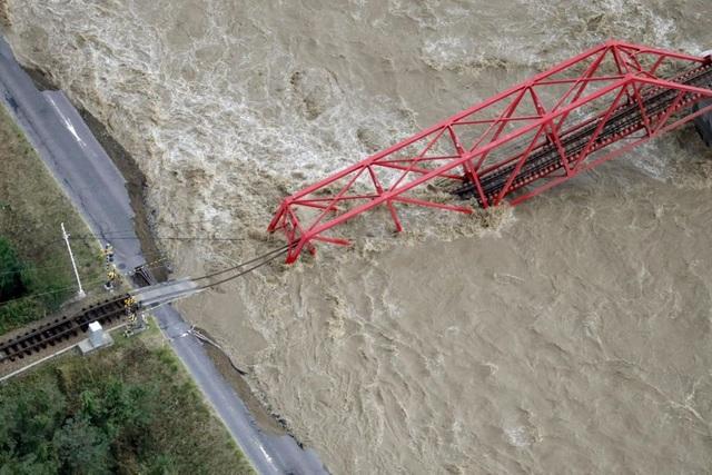 """Cảnh đổ nát sau siêu bão """"Quái vật"""" khiến 35 người chết tại Nhật Bản - 5"""