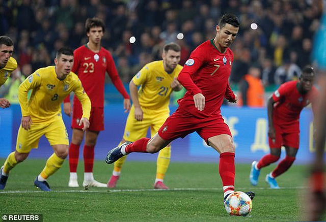 C.Ronaldo cán mốc 700 bàn thắng, Bồ Đào Nha vẫn thua Ukraine - 4