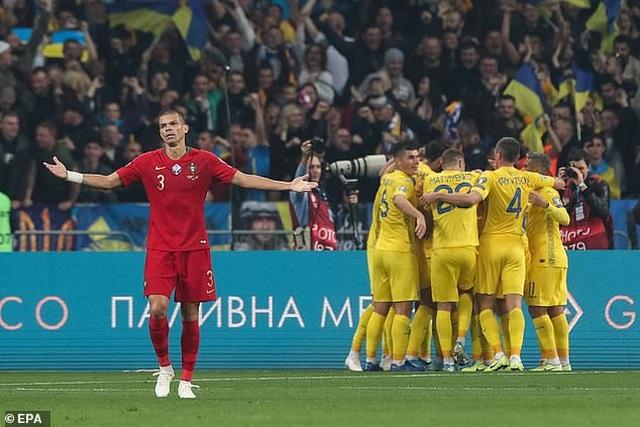C.Ronaldo cán mốc 700 bàn thắng, Bồ Đào Nha vẫn thua Ukraine - 3