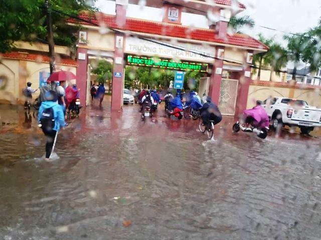 Nghệ An: Mưa lớn, nhiều trường thông báo cho học sinh nghỉ học - 1