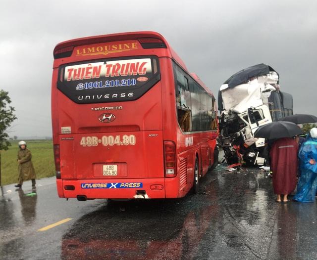 Vụ xe tải đối đầu xe khách: Cú va chạm kinh hoàng trong cơn mưa lớn - 1