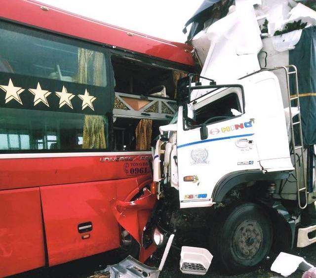 Vụ xe tải đối đầu xe khách: Cú va chạm kinh hoàng trong cơn mưa lớn - 2