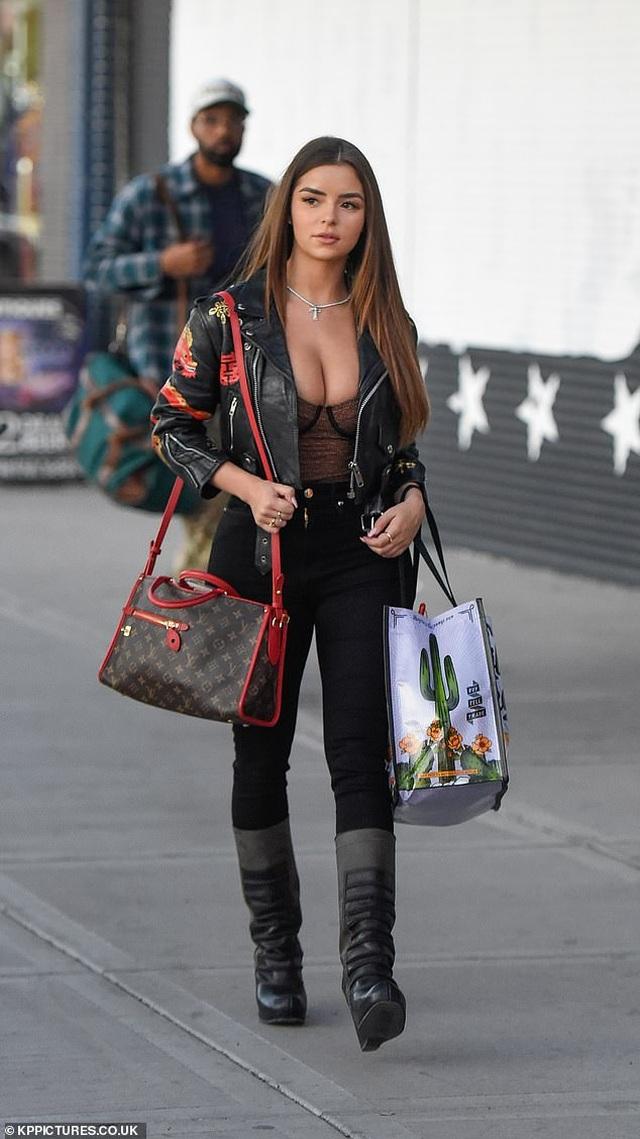 Demi Rose khoe ngực ngoại cỡ trên phố - 4